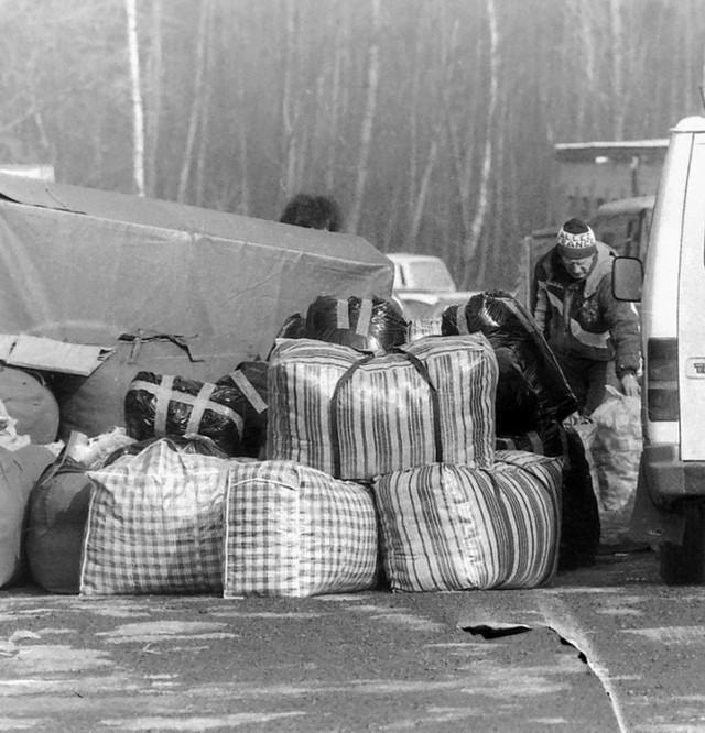 Odzieżowe imperium Antoniego Ptaka, nazywanego ambasadorem polskiego przemysłu tekstylnego lat 90. Hangary lotnicze z Ukrainy zmienił w hale targowe.  ZDJĘCIA Z LAT 90-TYCH - KLIKNIJ DALEJ