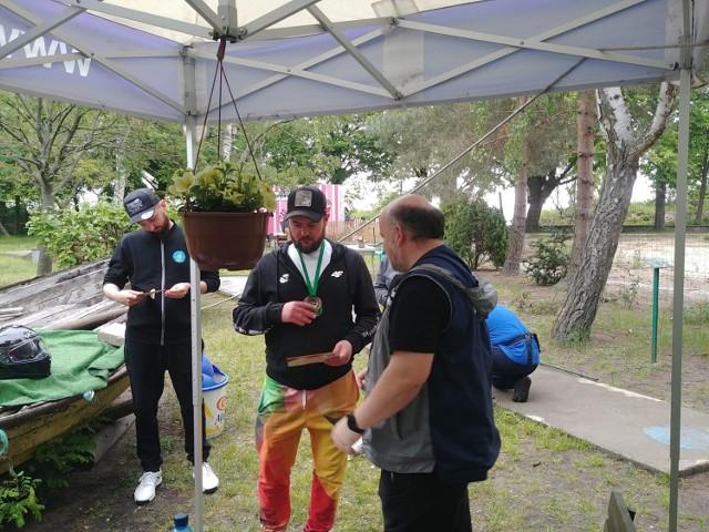 Dawid Rębisz (odbiera nagrodę) dwukrotnie zakończył zawody na II miejscu. Po lewej inny reprezentant Kwidzyna: Łukasz Bieliński.