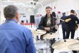 Prezes na perkusji, rzecznik z gitarą, czyli mini jazzowy koncert na lubelskim lotnisku (ZDJĘCIA)