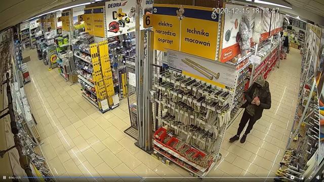 """Jedna z kamer marketu PSB Mrówka """"przyłapała"""" złodzieja, gdy ten ukrywał opakowania z fajerwerkami."""