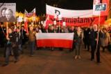Marsz i protest w rocznicę pogrzebu pary prezydenckiej na Wawelu [2xwideo]