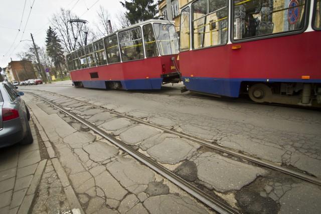 Nie wiadomo, czy więcej było wykruszonych placków, czy też kawałków które się ostały na ulicy Chodkiewicza przed remontem