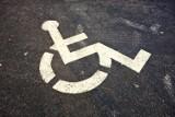Wpadł, bo zaparkował na miejscu dla niepełnosprawnych. Był poszukiwany przez policję