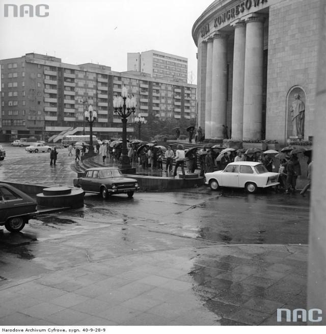 Koncert-legenda. 13 kwietnia 1967 r. to jedna z najważniejszych dat w historii dla każdego fana muzyki w Polsce. Wtedy bowiem the Rolling Stones po raz pierwszy przyjechali do Warszawy i dali (fatalny zresztą) koncert, pokonani przez mierną akustykę Sali Kongresowej. Pod obiektem przez długie godziny tłoczyły się tłumy fanów, nierzadko pałowanych przez MO. Legendy głoszą, że Mick Jagger w wyrazie protestu pokazał służbom tyłek, a zespół w ramach honorarium zamiast niewymienialnych złotówek przyjął... wagon z wódką. - Pieniądze były z tego żadne, nasze honorarium graniczyło z jałmużną - tak kwestie finansowe swojego pierwszego występu w Polsce wspominał Bill Wyman.