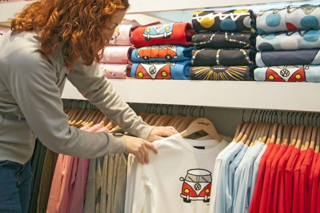 W galeriach handlowych sklepy odzieżowe, z butami i sportowe są zamknięte. Jednak sieci mają też sklepy wolnostojące, te o powierzchni mniejszej niż 2 tys. m2, które są otwarte. Sprawdź, gdzie kupisz odzież i obuwie w Poznaniu i Wielkopolsce.  Przejdź dalej --->