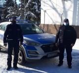 Policjanci z Trąbek Wielkich uratowali życie 88-latce. Odnaleźli kobietę w zaśnieżonym polu