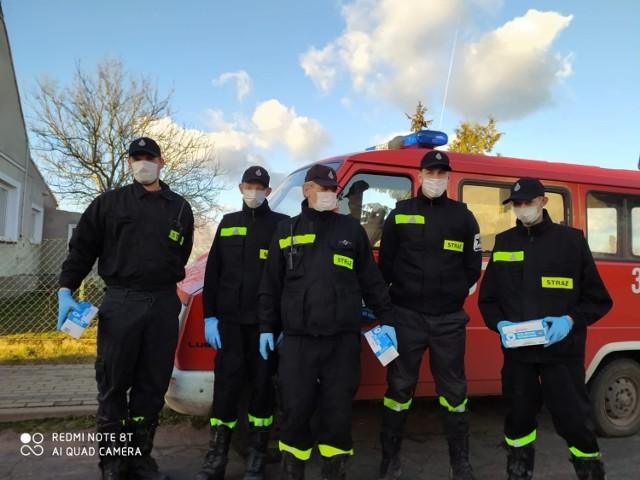 Strażacy z OSP Czarnowo pomagają w walce z pandemią. W ostatnich dniach rozwozili ulotki oraz maseczki dla mieszkańców okolicznych miejscowości.