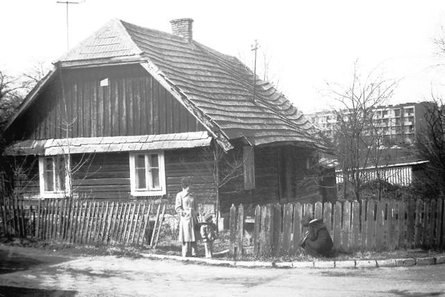 Domostwo przy ul. Emilii Plater, na dalszym planie blok przy ul. Chrobrego. Data wykonania zdjęcia: 13 kwietnia 1980 r.