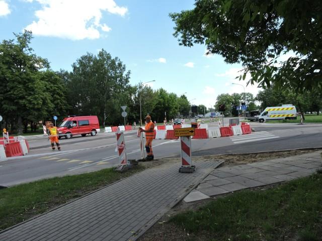 Tymczasowe rondo przed dworcem to część objazdu dla remontowanego mostu w drodze krajowej nr 19 i 66