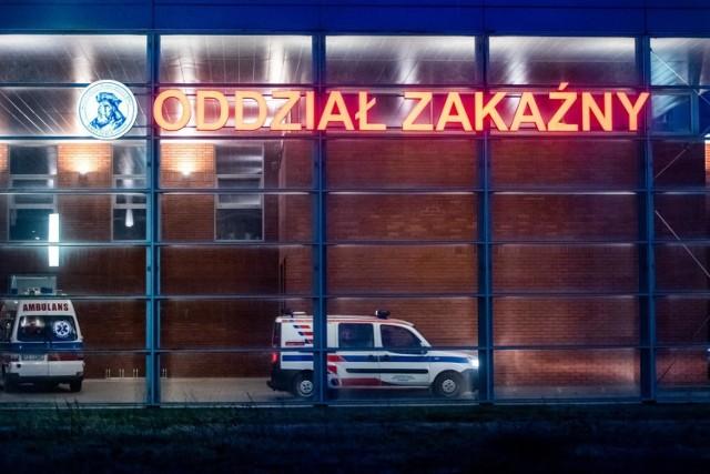 Coraz częściej odnoszę też wrażenie, że zajmujemy się pandemią nie zastawiając się co po niej zostanie. A tymczasem zespół pocovidowy dotyka mniej więcej co dziesiątego pacjenta - mówi dr n.med. Anna Prokop-Staszecka, pulmonolog, która w szpitalu Jana Pawła II w Krakowie kieruje oddziałem covidowym.