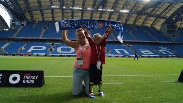Mama z synem na stadionie Lecha.