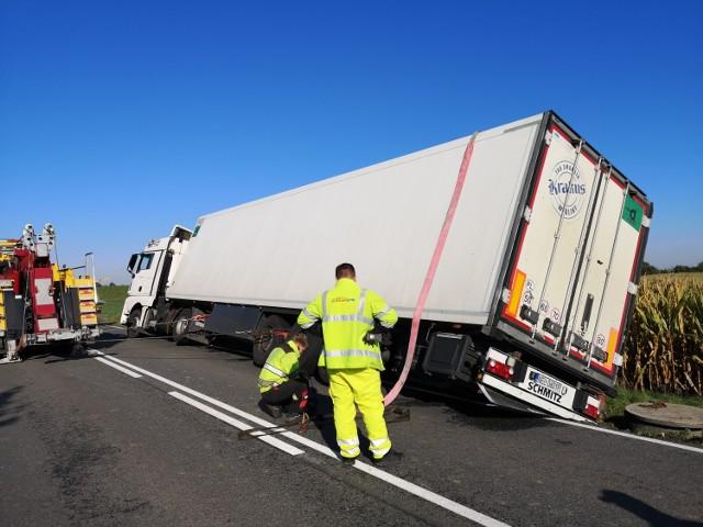 Pobocze zapadło się pod samochodem ciężarowym. Konieczna była interwencja pomocy drogowej