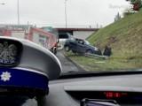 """Dachowanie na """"zakręcie mistrzów"""" w Rudzie Śląskiej. Kierowca wpadł w poślizg. DTŚ zakorkowana"""