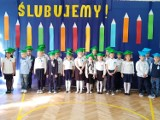 Ślubowanie klas pierwszych w Szkole Podstawowej numer 12 w Starachowicach. Dzieci wystąpiły w kolorowych biretach (ZDJĘCIA)