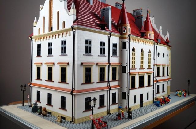 Model ratusza w Rzeszowie powstał w 8882 klocków Lego.  Więcej informacji o projekcie na stronie: Rzeszów z klocków na Facebooku.