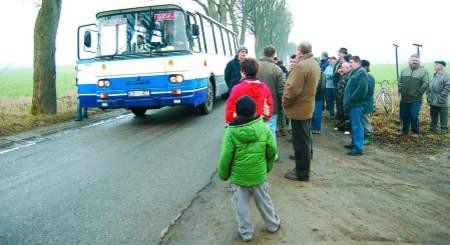 W Miłocicach jest tylko wąska powiatowa droga, o której remont walczą mieszkańcy. fot. Mateusz Węsierski