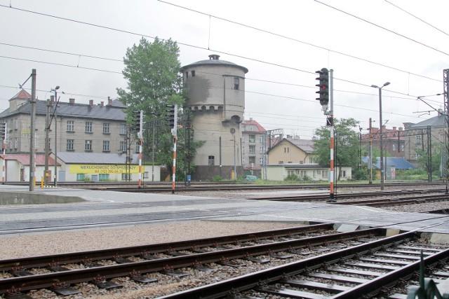 -Te tereny są strategiczne dla Krakowa i ich wykup powinien być priorytetem dla władz miasta - zwraca uwagę radny Grzegorz Finowski, wiceprzewodniczący dzielnicy II Grzegórzki. Jak twierdzi, pomysłem na zagospodarowanie tej nieruchomości mogłaby być budowa miejskiego parkingu podziemnego. - Za inwestycją przemawia lokalizacja i planowana rozbudowa kolei aglomeracyjnej - twierdzi Finowski i zauważa, iż z miejsc postojowych mogłyby korzystać nie tylko samochody, ale także autobusy z wycieczkami.