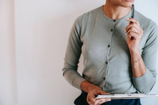 Jak odpowiadać na pytania rekrutera, które wydają się trudne? Co zrobić, żeby nie zrazić do siebie przyszłego pracodawcy?    Podpowiadamy, jakie pułapki czyhają na kandydatów do pracy na rozmowie rekrutacyjnej.