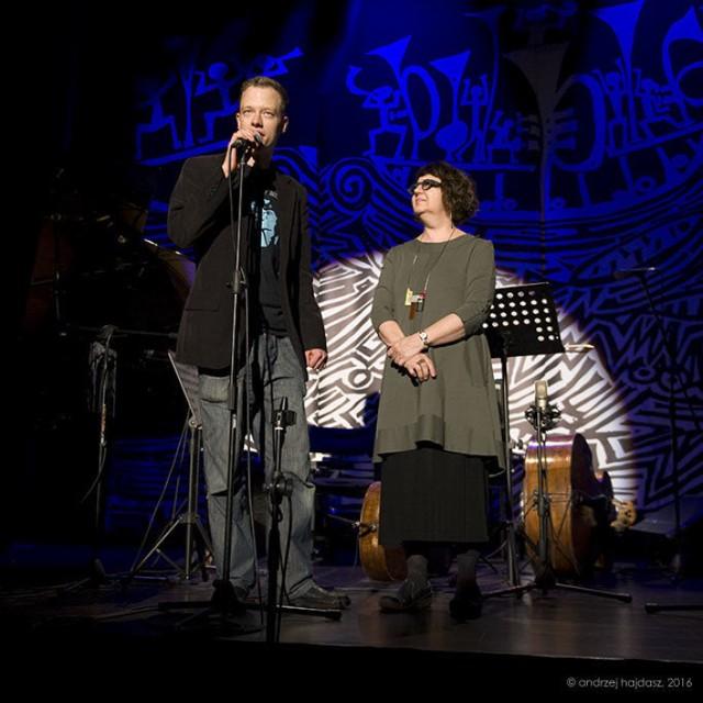 Jak zwykle zgromadzoną w Sali na piętrze publiczność przywitali Lauren Deutsch - szefowa Jazz Institute of Chicago i Eryk Kozłowski - dyrektor Festiwalu. fot. Andrzej Hajdasz