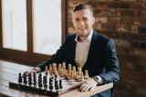 Michał Kanarkiewicz. Zobacz Michał. To są szachy i dzisiaj nauczymy się w nie grać.