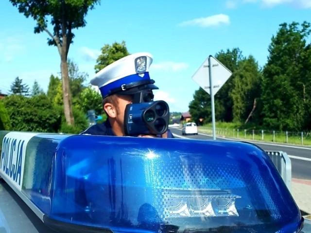 """Policjanci sądeckiej grupy """"SPEED"""" nie tylko walczą z brawurą na drogach, ale także pomagają mieszkańcom w różnych trudnych sytuacjach"""