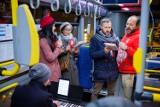 """Tarnów. """"Solski patriotycznie"""" w zmienionej formie. Aktorzy tarnowskiego teatru śpiewali pieśni na przystankach autobusowych [ZDJĘCIA]"""