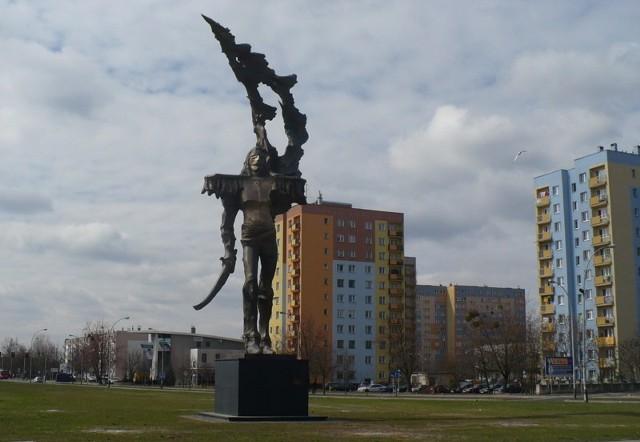 """Autorem 12-metrowego """"Patrioty"""" na dwumetrowym, żelbetonowym cokole jest pochodzący z Ulanowa, mieszkający w USA,  twórca rzeźb monumentalnych, artysta rzeźbiarz Andrzej Pityński."""