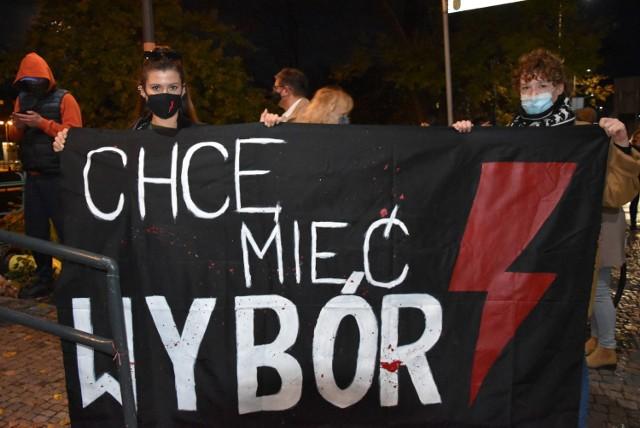Strajki, które od niemal tygodnia odbywają się w całej Polsce to efekt orzeczenia Trybunału Konstytucyjnego. Stwierdził on, że przerywania ciąży z powodu nieodwracalnych wad płodu jest niezgodne z ustawą zasadniczą. Do tej pory w takiej sytuacji możliwe było wykonanie legalnej aborcji. Protesty w czasie pandemii wiążą się z ryzykiem. Niewykluczone, że w niektórych sytuacjach będzie interweniowała policja. Warto wiedzieć, na co się przygotować.