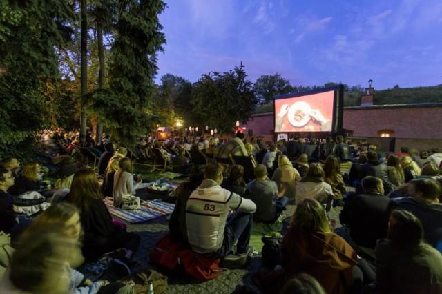"""Wtorkowe, letnie wieczory możecie spędzać w Prochowni Żoliborz, gdzie odbywa się Kino pod Chmurką. Co tydzień wybierane są dla was ciekawe tytuły filmowe. Nie brakuje historii miłosnych,  podróży po świecie, poszukiwania szczęścia, dobrej muzyki, talentu i pasji. W najbliższy wtorek, 22 sierpnia będziecie mieli okazję zobaczyć """"Control"""" z 2007 roku, reż. Anton Corbijn.  22 sierpnia, wtorek, godz. 21, Prochownia Żoliborz, ul. Czarnieckiego 51, wstęp wolny."""
