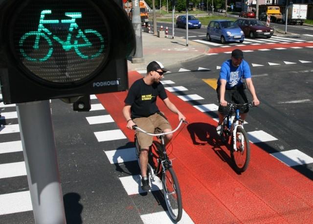 Nowe oznaczenia dla rowerzystów w Warszawie. Z daleka będą wiedzieli czy zwolnić