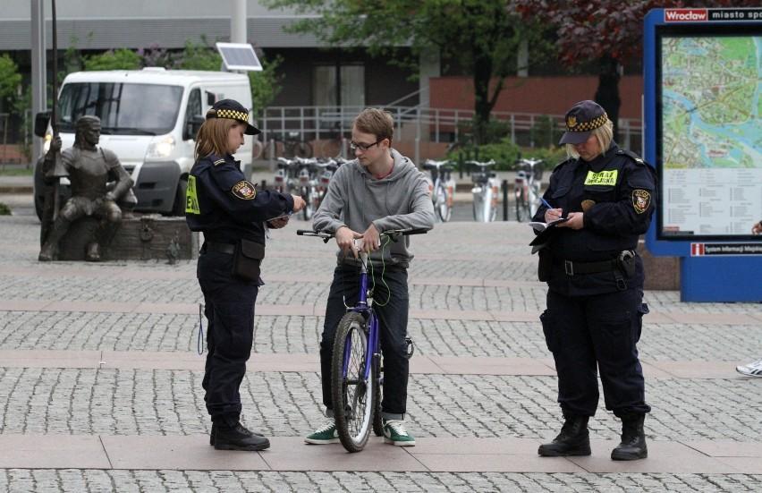 Przybywa rowerzystów, niektórzy z nich jeżdżą po chodnikach. To niebezpieczne i nielegalne. Może zakończyć się mandatem