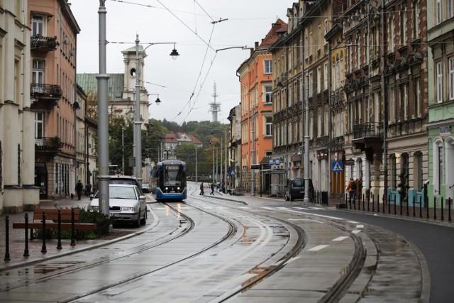 Ulica Krakowska została przebudowana, ale urzędnicy z zarządu dróg nie doczekali się poprawek ze strony wykonawcy. Największy problem jest z płytami torowymi.