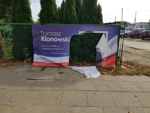 Zniszczony baner Tomasza Klonowskiego