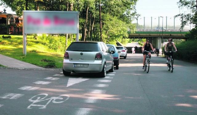 Rowerzyści najbardziej nie lubią, kiedy kierowcy parkują na ścieżkach i drogach rowerowych. Wtedy zmuszeni są jechać po drodze przeznaczonej dla ruchu samochodowego, a to z kolei może powodować naprawdę groźne sytuacje na drodze.