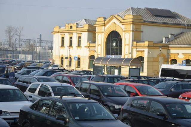 Teren wokół dworca kolejowego w Bochni przed rozpoczęciem budowy punktu przesiadkowego
