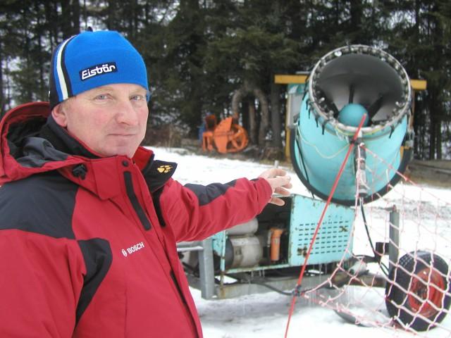 Mieczysław Śliwa jest jedynym właścicielem wyciągów w Zwardoniu posiadającym sztuczne naśnieżanie stoków. Dlatego jemu zazwyczaj nie brakuje narciarzy.