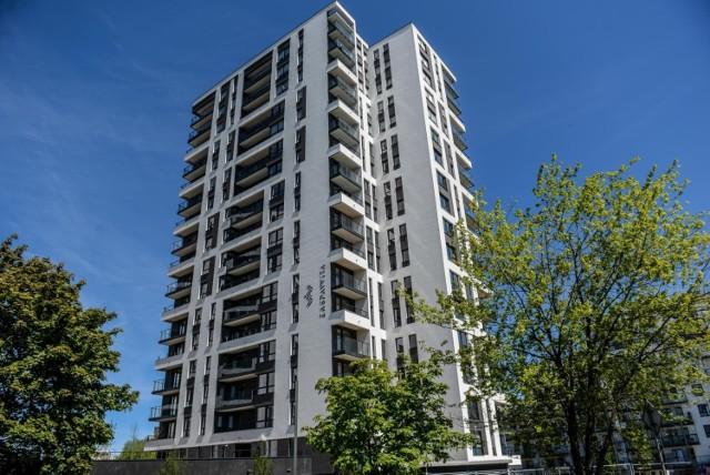 Choć deweloperzy budują dziś rekordowo dużo, a banki chętnie udzielają kredytu, zakup mieszkania wcale nie jest łatwy.