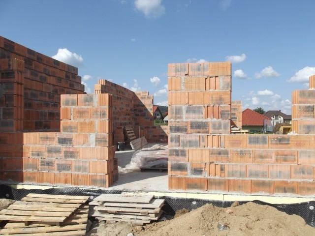 Według badania Oferteo.pl budowa domu w Polsce trwa średnio 21,5 miesiąca. Przejdź do kolejnych zdjęć, żeby zobaczyć, jak wygląda sytuacja w poszczególnych województwach. Użyj strzałki w prawo lub przycisku NASTĘPNE.