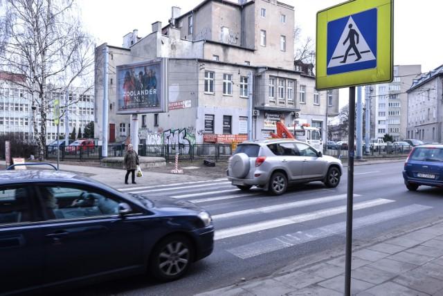 15 wypadków i kolizji, 9 rannych osób - to bilans ostatniego roku na skrzyżowaniu al. Grunwaldzkiej i ul. Jesionowej we Wrzeszczu, przy tzw. Wysepce.