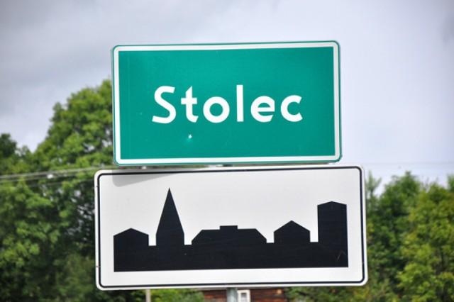 """Stolec - wieś położona w gminie Ząbkowice Śląskie. Największa wieś w tym rejonie, której początki sięgają I poł. XIII w. Nazwa pochodzi od staropolskiego """"stolicz"""", oznaczającego stolicę otaczającego terenu."""