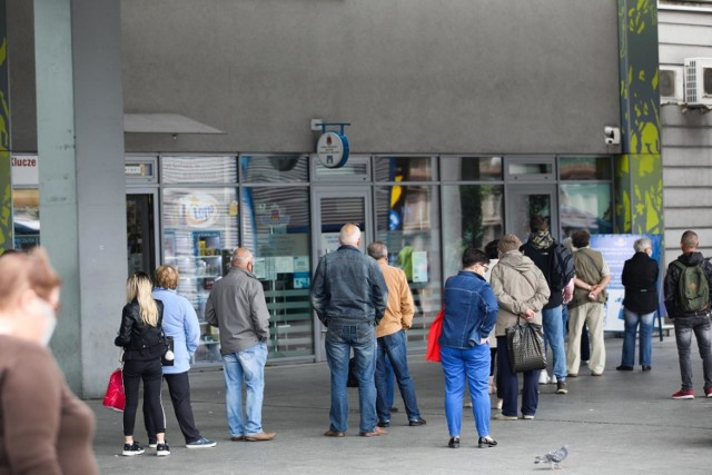 1. To jeden z klasyków. Zaczynasz w Krakowie rok akademicki, chcesz kupić okresowy bilet w punkcie MPK. Przychodzisz do jednego z kilku punktów w Krakowie i widzisz... gigantyczną kolejkę.  Takie sytuacje powtarzają się regularnie przed rozpoczęciem nauki na uczelniach.