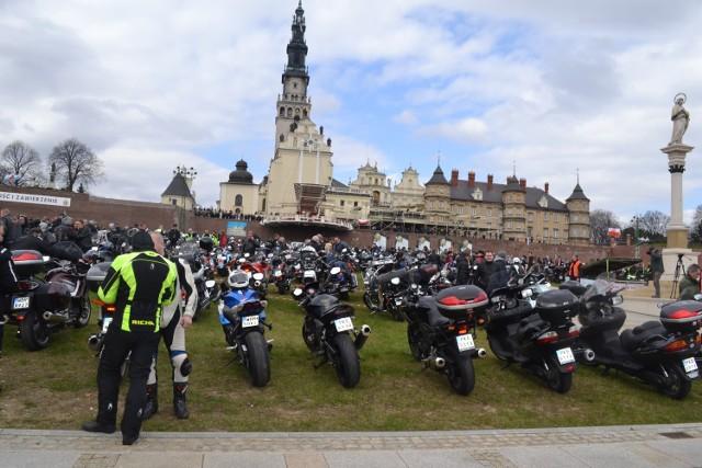 Motocykliści opanowali jasnogórskie błonia.
