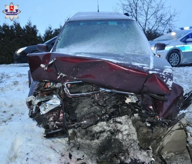 Wypadek w Łukowej: pijany 24-latek uderzył w przepust. Wiózł dwie koleżanki. Wszyscy są w szpitalu