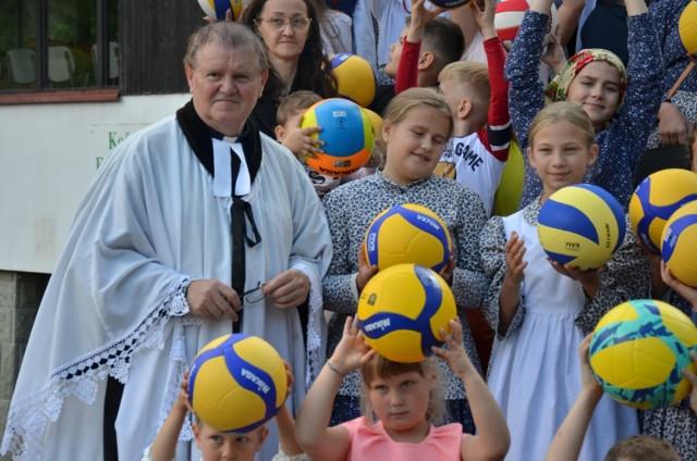 Niecodzienne nabożeństwo odbyło się dzisiaj w niedzielę 12 września w parafii ewangelickiej w Szczyrku Salmopolu. Na zakończenie nabożeństwa młodzi uczestnicy otrzymali piłki.