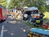 Wypadek w Mierzynie. Autobus zderzył się z osobówką. Są ofiary śmiertelne  ZDJĘCIA Z WYPADKU