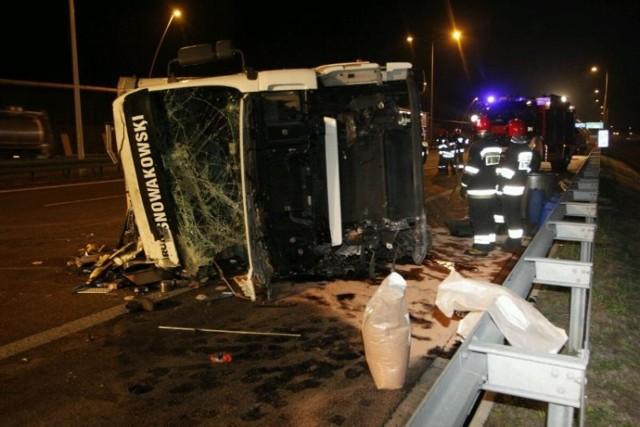 Wypadek na AOW. Przewróciła się ciężarówka