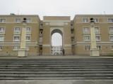 Zakończył się remont socrealistycznego budynku na Muranowie. Absurdalna brama nie dzieli już mieszkańców