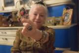 Stefania Dyduch i jej koperty ze złotymi myślami ZDJĘCIA