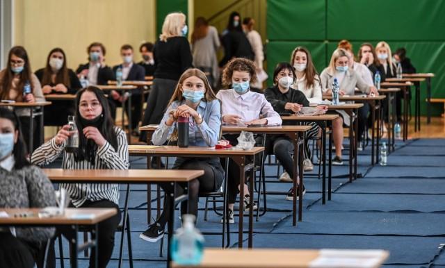 W roku szkolnym 2021/2022 matura zostanie przeprowadzona w formie pisemnej. Nadal obowiązują okrojone wymagania, natomiast młodzież będzie musiała przystąpić do pisemnego egzaminu z wybranego przedmiotu.
