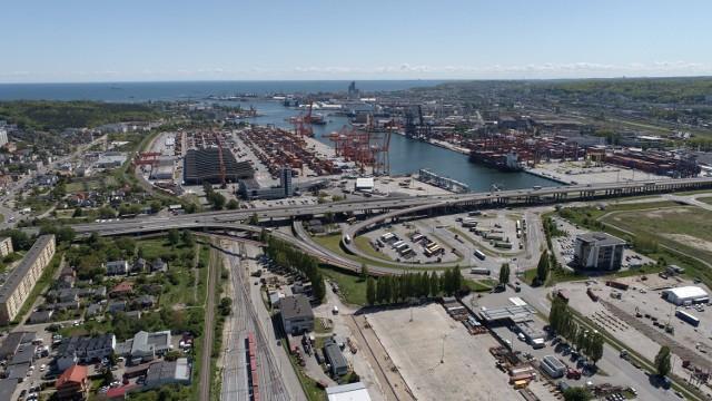 Połączone firmy obsługują transport morskimi szlakami wiodącymi  m.in. do Gdyni